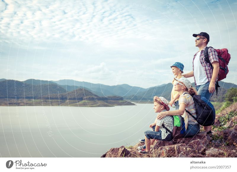 Glückliche Familie, die nahe dem See zur Tageszeit steht. Mensch Kind Natur Ferien & Urlaub & Reisen Mann Sommer Freude Berge u. Gebirge Erwachsene Lifestyle