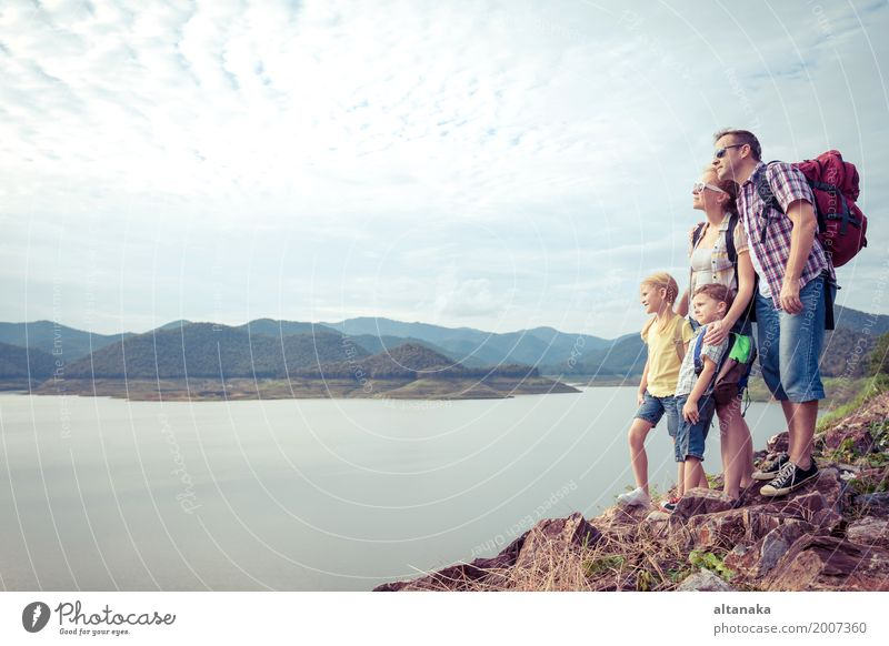 Mensch Kind Natur Ferien & Urlaub & Reisen Mann Sommer Freude Berge u. Gebirge Erwachsene Lifestyle Liebe Sport Junge Familie & Verwandtschaft Glück Freiheit