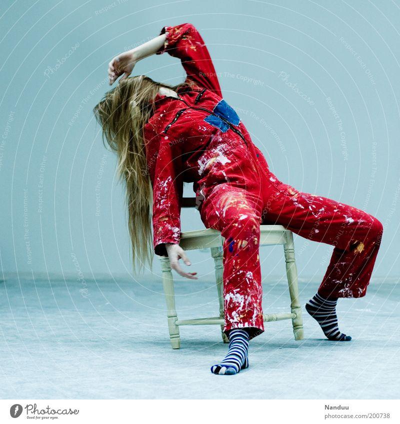 Position 5: Die verhinderte Diva Mensch feminin Junge Frau Jugendliche 1 blond sitzen Stuhl Arbeitsanzug dreckig rot Farbfoto Innenaufnahme Ganzkörperaufnahme