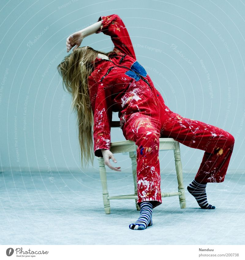 Position 5: Die verhinderte Diva Mensch Jugendliche rot feminin dreckig blond sitzen Arbeitsbekleidung Stuhl Streifen Möbel Müdigkeit Fleck Renovieren Künstler