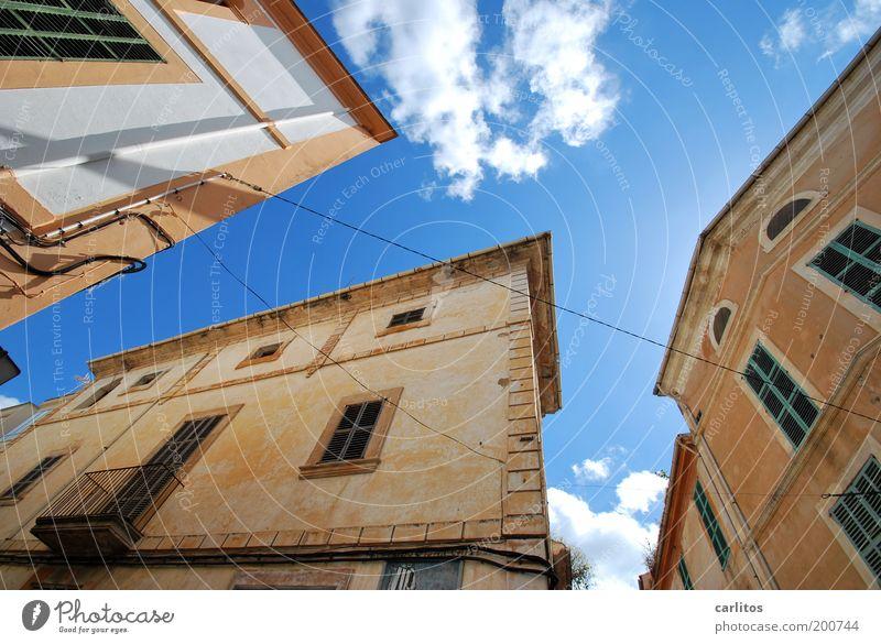 Die Erde ist eine Kugel Kleinstadt Stadtzentrum Haus Bauwerk Fassade Balkon Fenster alt ästhetisch eckig historisch oben unten Wärme blau braun weiß Schutz