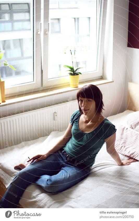 . Frau Mensch Jugendliche schön Leben Erholung feminin Fenster Zufriedenheit warten Erwachsene Wohnung sitzen Jeanshose Bett T-Shirt