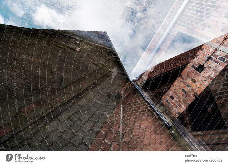 Scheune Haus Einfamilienhaus Tür Geborgenheit Doppelbelichtung Himmel Backstein Pflasterweg Farbfoto Außenaufnahme Experiment Muster Strukturen & Formen Tag