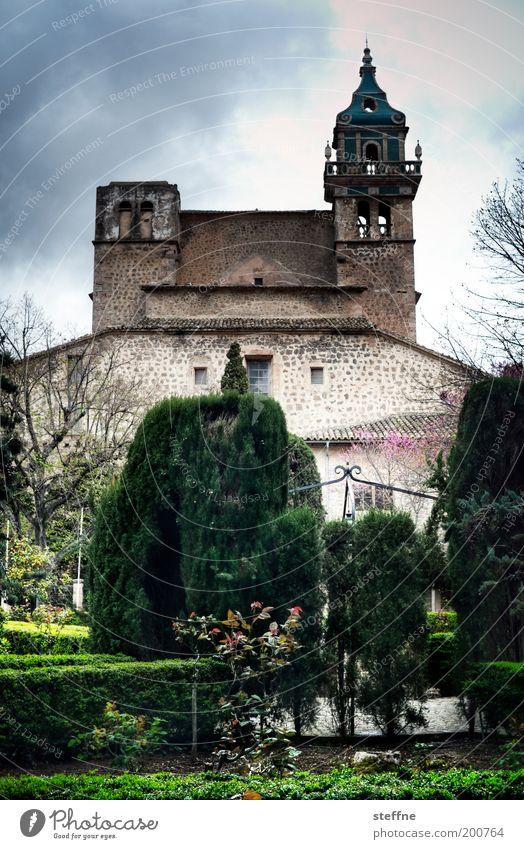 HOSSA! HOSSA! VAL DE MOSSA! grün Baum Religion & Glaube Park außergewöhnlich Kirche bedrohlich Dorf historisch Spanien Dom Mallorca Kleinstadt