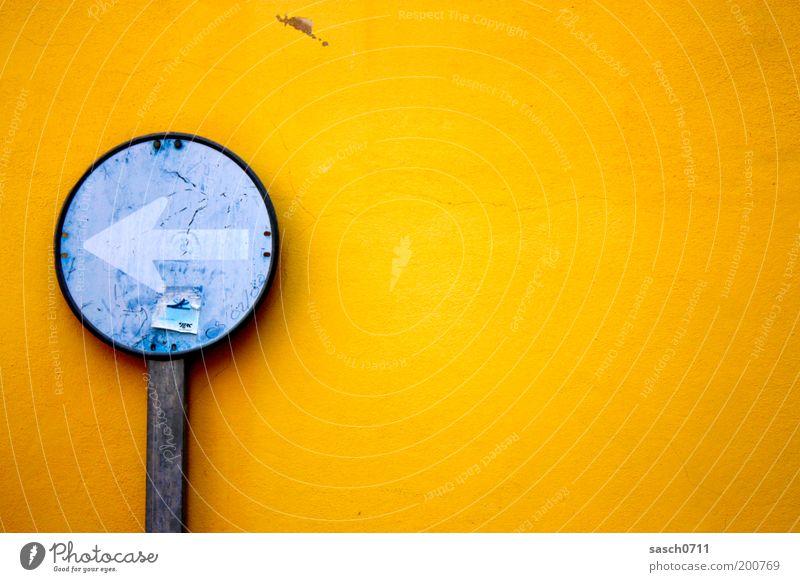 links außen Straße Verkehrszeichen Verkehrsschild Zeichen Pfeil alt hell rund blau gelb Farbe Verfall Vergänglichkeit Farbfoto Außenaufnahme Menschenleer