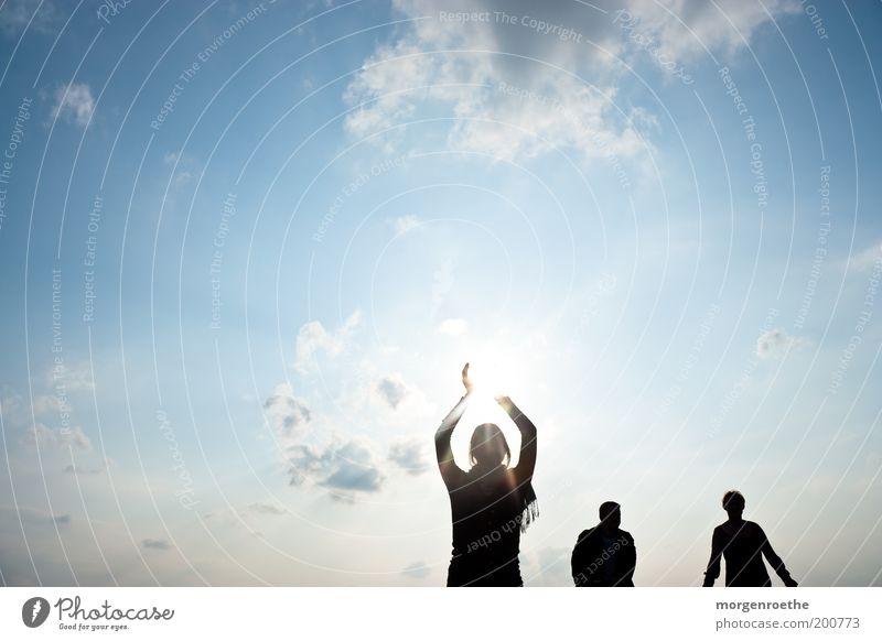 Es gibt auch Tage an denen die Sonne SCHEINT Mensch Himmel Jugendliche blau Sonne Wolken schwarz Erwachsene feminin Bewegung Glück Arme maskulin leuchten stehen 18-30 Jahre
