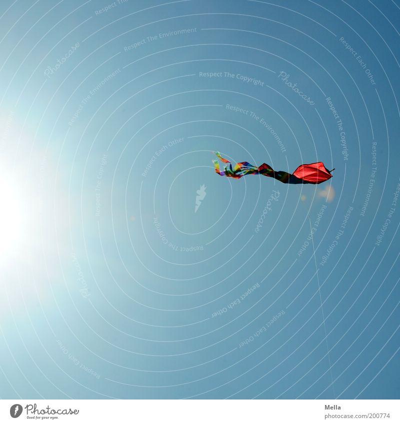 Ikarus Freizeit & Hobby Spielen Kinderspiel Lenkdrachen Freiheit Sonne Umwelt Luft Wolkenloser Himmel Sonnenlicht Spielzeug Schnur fliegen leuchten blau