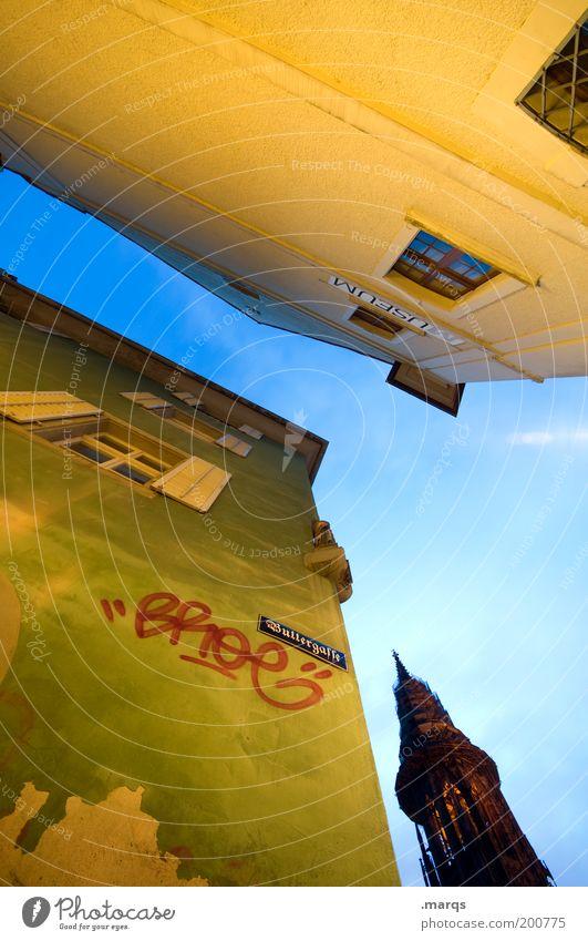 Buttergasse grün blau Stadt gelb Graffiti Religion & Glaube Fassade hoch Perspektive Schriftzeichen Autofenster Kirche Sehenswürdigkeit Gasse Blauer Himmel