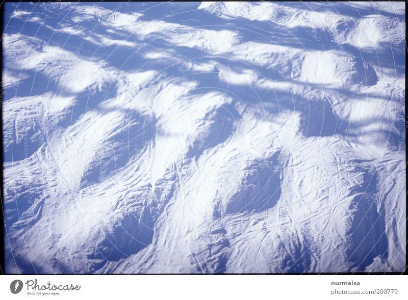 Buggelig Freizeit & Hobby Kunst Umwelt Natur Landschaft Winter Schnee Leichtigkeit Ferien & Urlaub & Reisen unruhig Farbfoto Experiment Morgen Schatten Kontrast