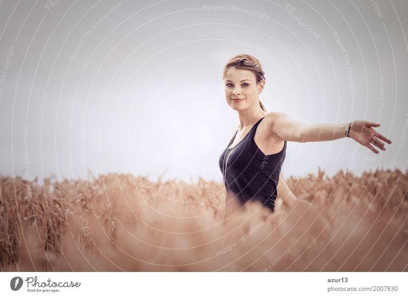 Beautiful young woman in nature feeling happy lucky and free Lifestyle schön Wellness Leben harmonisch Wohlgefühl Zufriedenheit Sinnesorgane Erholung ruhig