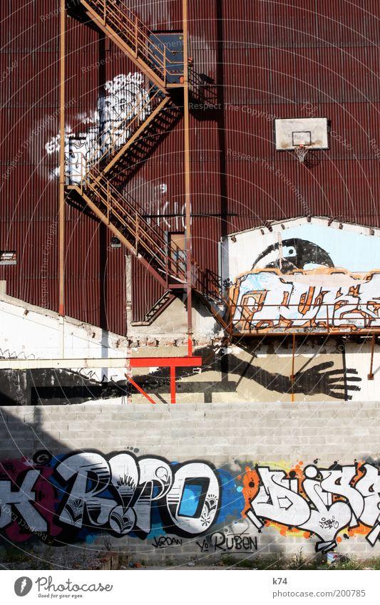 modified Kultur Jugendkultur Subkultur Haus Gebäude Mauer Wand Graffiti träumen Basketballkorb Treppe Feuerleiter Farbfoto Außenaufnahme Menschenleer Tag
