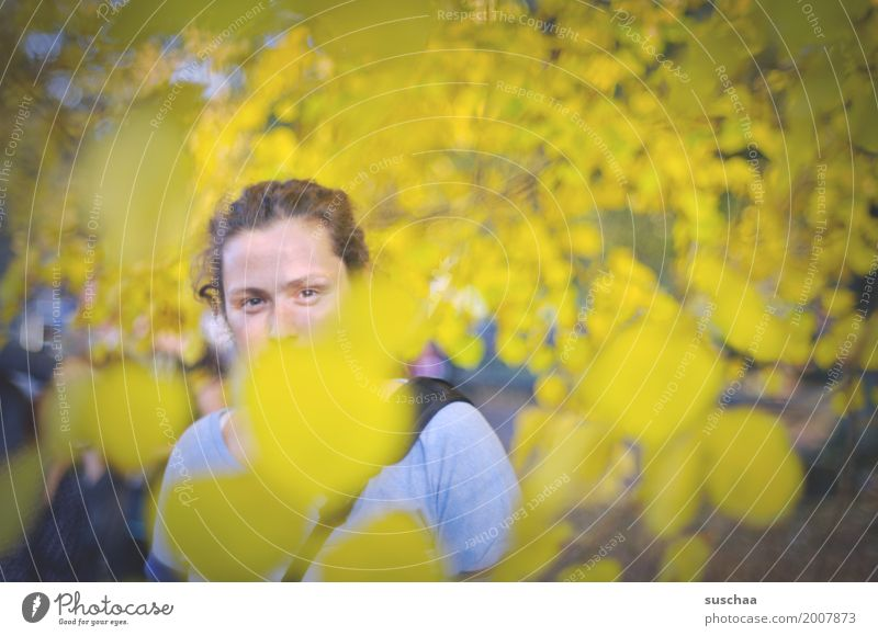 lang ist's her Frau Junge Frau Blatt Gesicht Auge Herbst gelb Freizeit & Hobby wandern Spaziergang 1 Mensch verdeckt