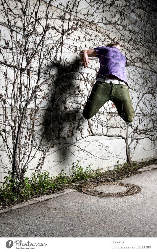 heut schieß ich mich weg Stil Mensch maskulin Junger Mann Jugendliche 18-30 Jahre Erwachsene Pflanze Gras Straße Hose fliegen springen sportlich dunkel elegant