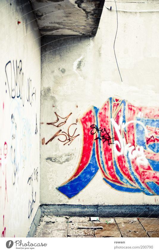 Mostar Graffiti Jugendkultur Subkultur alt trist Stadt Straßenkunst Ruine kaputt Verfall rot blau Farbfoto Außenaufnahme Menschenleer Tag Wand