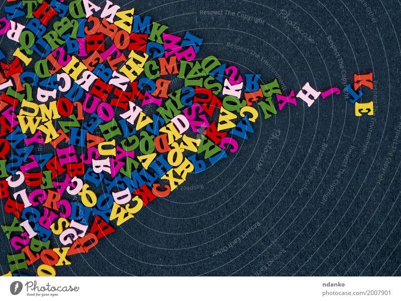 Abstrakter schwarzer Hintergrund mit mehrfarbigen hölzernen Buchstaben Bildung Holz lernen oben Farbe viele Alphabet Symbole & Metaphern Brief Wort abc Typ