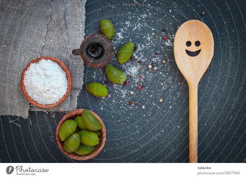Grüne Oliven und Salz in den hölzernen Schüsseln, Draufsicht Natur Pflanze grün weiß schwarz natürlich Holz oben Frucht Ernährung frisch Tisch lecker Gemüse