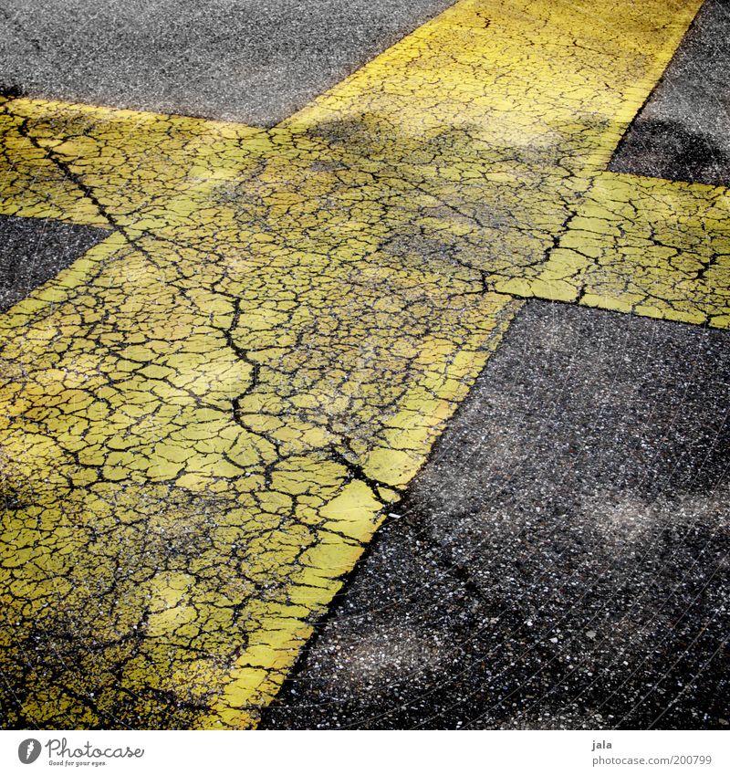 noch ein verbot ;-) Platz Verkehrswege Straße gelb schwarz Kreuz Markierungslinie Farbfoto Außenaufnahme Menschenleer Tag alt labil Trennlinie Riss Asphalt