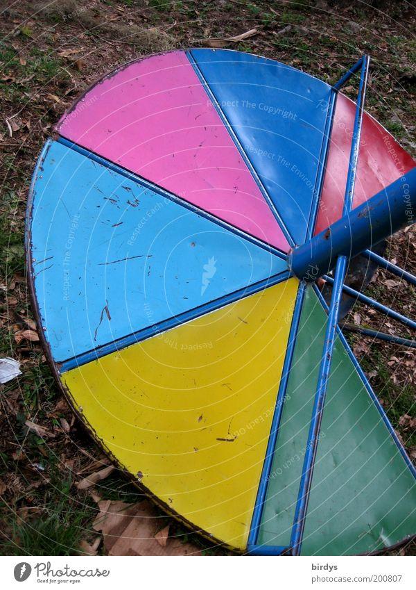 Verspielt !? Spielplatz Metall kaputt blau mehrfarbig gelb grün rosa rot Vergänglichkeit Kontrast Kreisel Drehscheibe rund Farbfoto Außenaufnahme Menschenleer