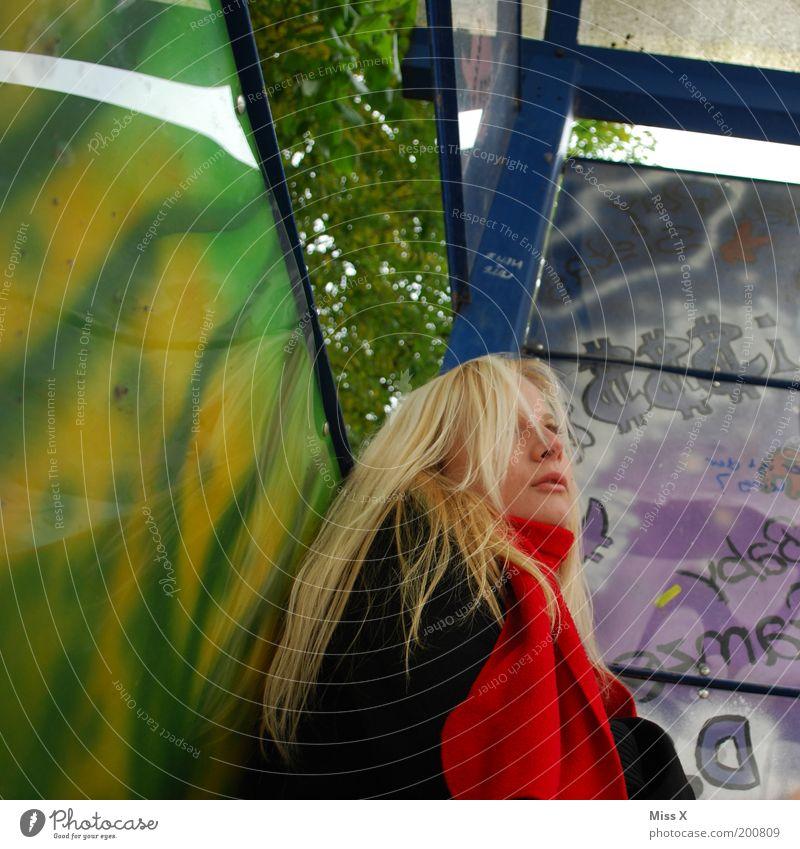 Verstrubbelt in Froschperspektive Mensch feminin Junge Frau Jugendliche Haare & Frisuren 1 18-30 Jahre Erwachsene Mauer Wand Graffiti warten schön Hoffnung