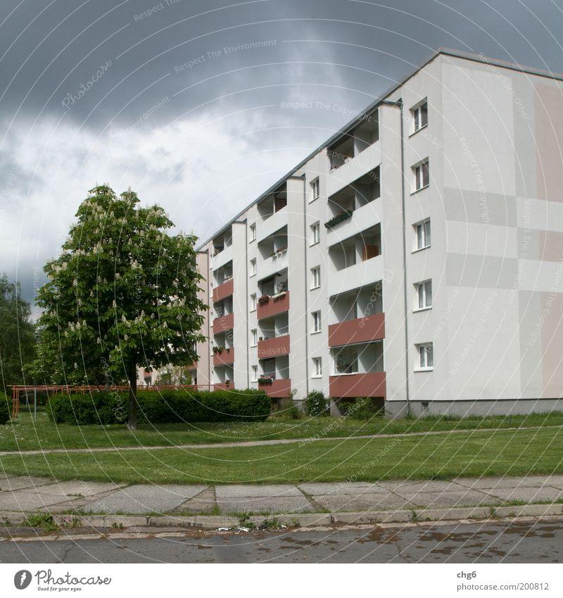 Schöne Platte.... Himmel Wolken Stadt Menschenleer Haus Hochhaus Platz Bauwerk Gebäude Balkon Fenster Straße Beton Häusliches Leben bedrohlich gruselig grau