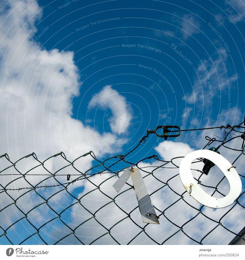 Zehn für suze Himmel blau Sommer Wolken Metall kaputt Ziffern & Zahlen Vergänglichkeit einzigartig Verfall skurril 10 Jubiläum Natur Barriere Zaun