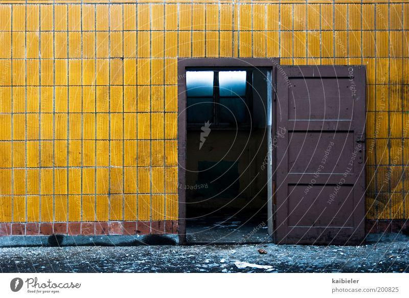Offene Türen einrennen Industrieanlage Fabrik Ruine Bauwerk Gebäude Architektur Mauer Wand alt dreckig dunkel gelb Verfall Vergangenheit Vergänglichkeit