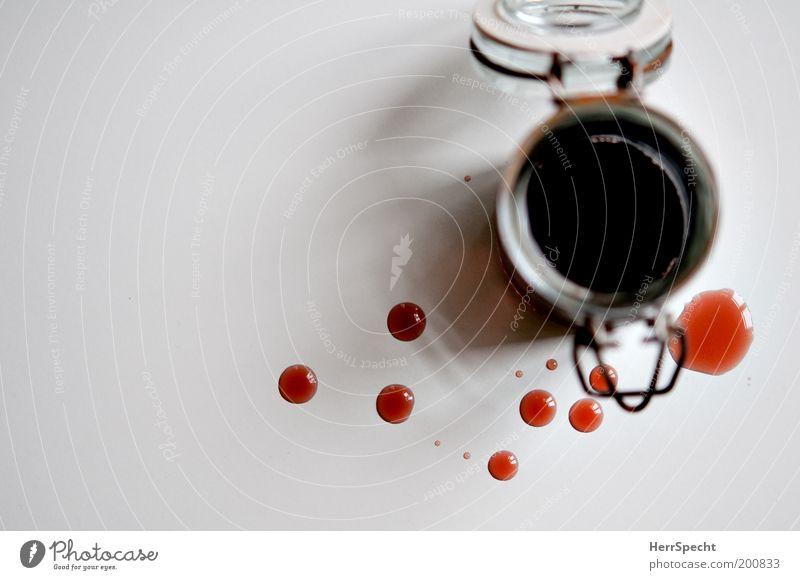 Kleckerei Getränk Sirup Himbeeren Glas Metall Rost rot weiß klecksen gekleckst Tropfen Farbfoto Innenaufnahme Nahaufnahme Menschenleer Textfreiraum links