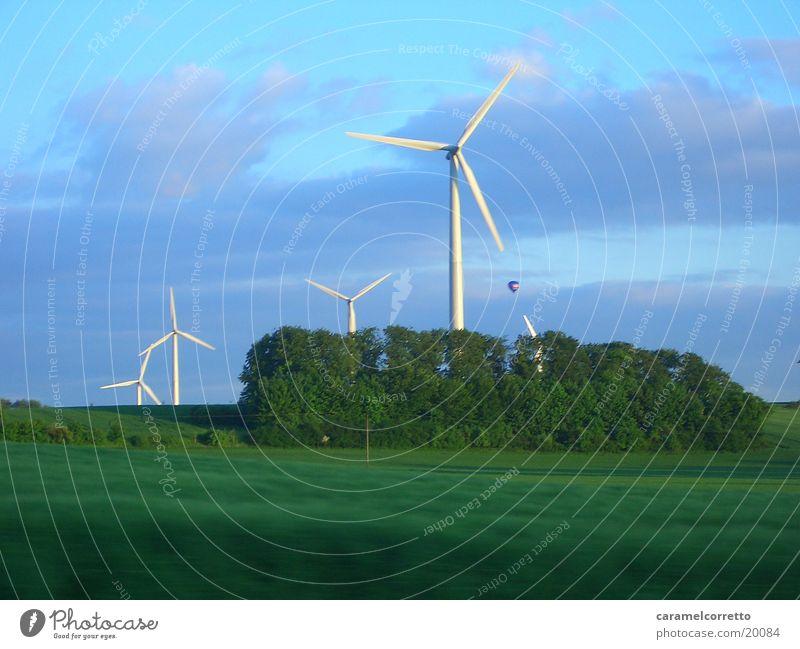 Windrad 03 grün Wiese Bewegung Landschaft Feld Windkraftanlage drehen Erneuerbare Energie