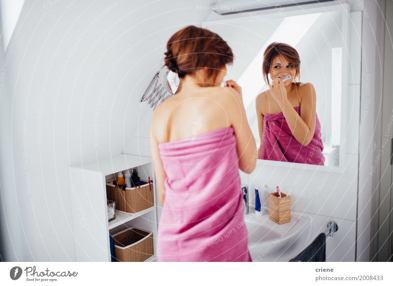 Frau Jugendliche Junge Frau 18-30 Jahre Erwachsene Lifestyle Gesundheit feminin Glück Gesundheitswesen rosa Körper Lächeln Bad Zähne Spiegel