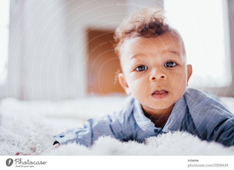 Nettes männliches Kleinkind, das auf das Bett betrachtet Kamera legt Lifestyle Glück Kind maskulin Baby Junge Kindheit 0-12 Monate Lächeln hell klein niedlich