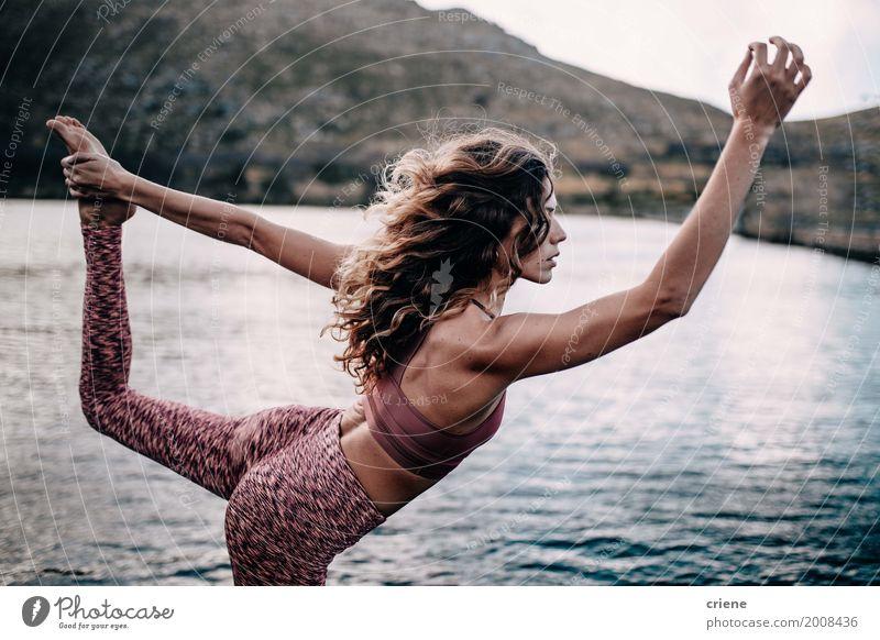 Attraktiver weiblicher Erwachsener, der Yogahaltung am See tut Lifestyle Freude Körper sportlich Fitness Leben harmonisch Wohlgefühl Erholung Freizeit & Hobby
