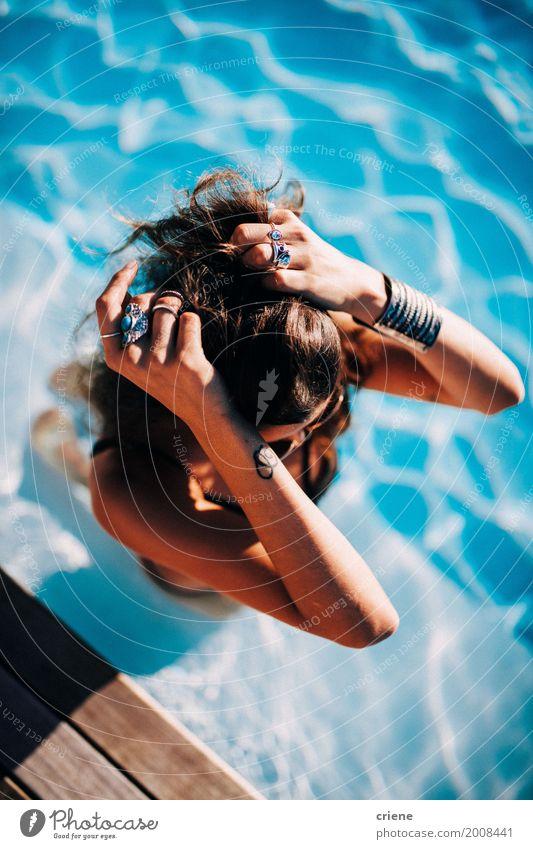 Frau, die im Swimmingpool sich entspannt Lifestyle Stil Freude Schwimmbad Ferien & Urlaub & Reisen Sommer Sommerurlaub Sonnenbad feminin Junge Frau Jugendliche