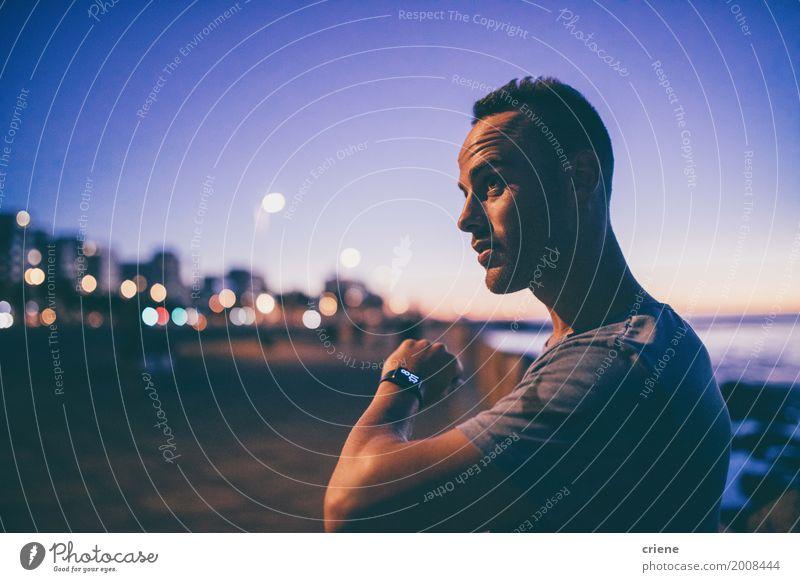 Junger männlicher Erwachsener, der Zeit auf intelligenter Uhr überprüft Lifestyle Meer Business Bildschirm Technik & Technologie Unterhaltungselektronik