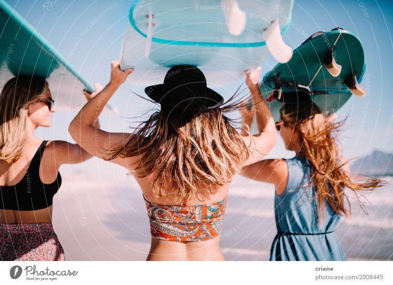 Gruppe junge erwachsene Frauen, die Surfbretter am Strand tragen Ferien & Urlaub & Reisen Jugendliche Sommer Junge Frau Sonne Meer Erholung Freude Erwachsene