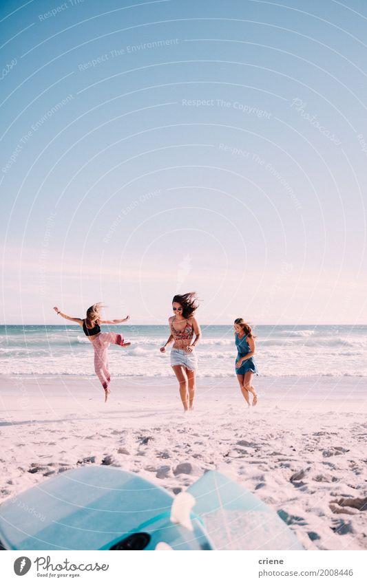 Glückliche weibliche erwachsene Freunde, die Spaß am Strand haben Mensch Ferien & Urlaub & Reisen Jugendliche Sommer Junge Frau Sonne Meer Freude 18-30 Jahre