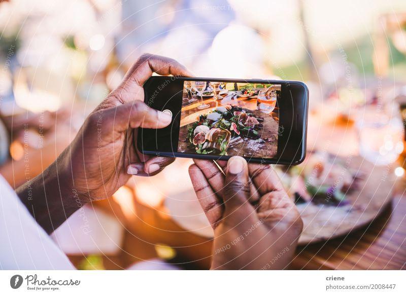 Nahaufnahme des Mannes Foto des Lebensmittels mit intelligentem Telefon machend Mittagessen Teller Lifestyle Handy PDA Bildschirm Fotokamera