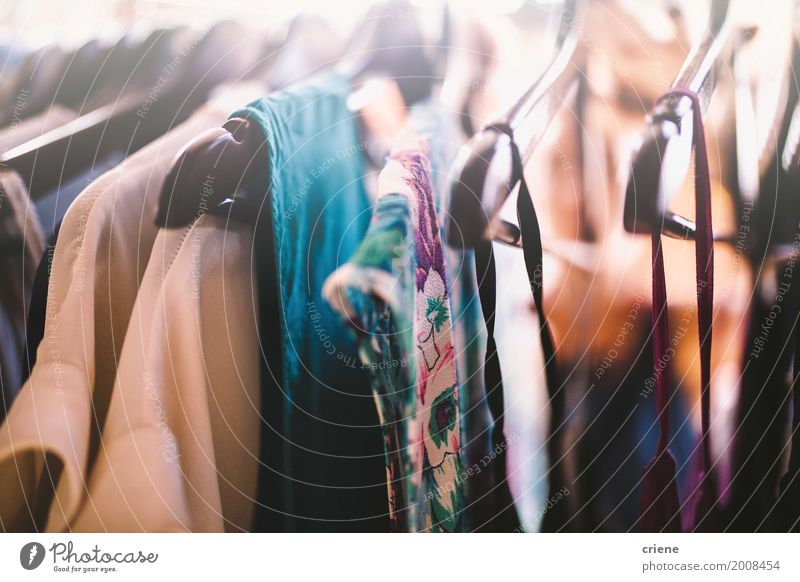 Nahaufnahme von Kleiderbügeln mit Kleidern elegant Stil Design Frau Erwachsene Mode Bekleidung Mantel Stoff authentisch trendy schön Textil Kleiderständer