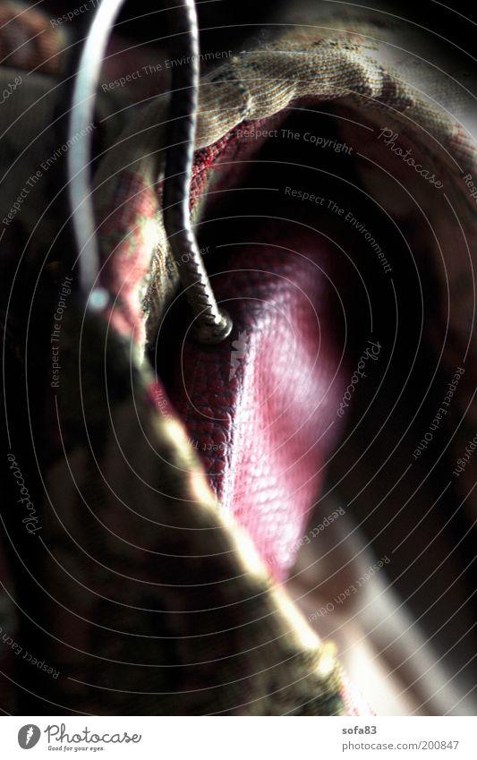 mantelträger Kitsch Krimskrams Kleiderbügel Mantel alt retro Leder Muster Kragen aufhängen Farbfoto Detailaufnahme Schwache Tiefenschärfe Tag