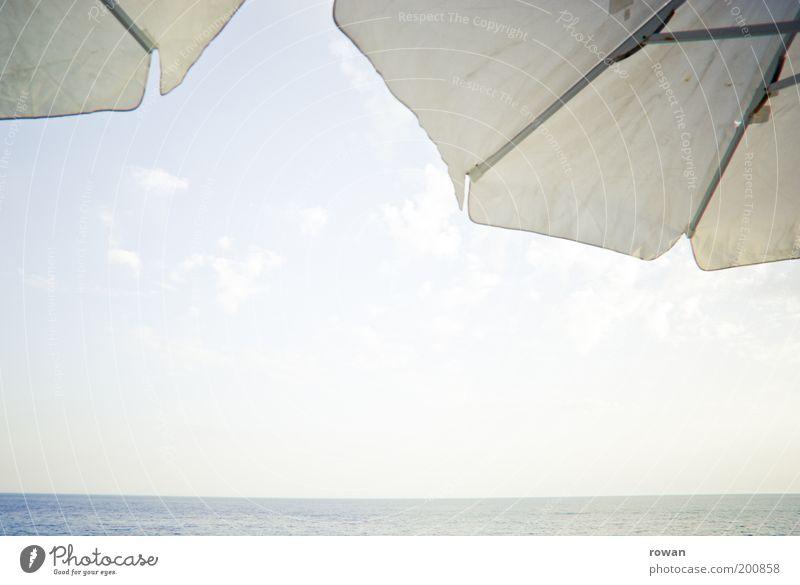 Meeresblick Küste Erholung Sonne Sonnenschirm weiß Aussicht Horizont Wärme Sommer Ferien & Urlaub & Reisen Reisefotografie Glätte blau Blauer Himmel Farbfoto