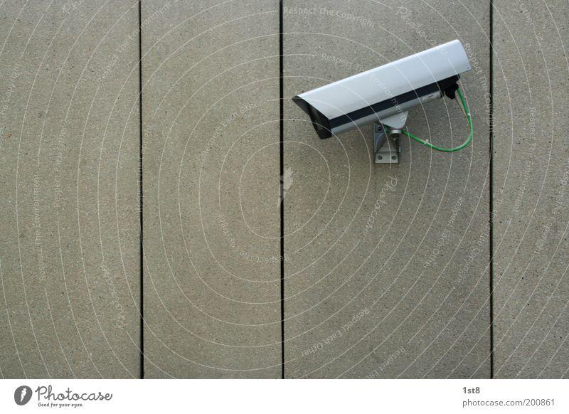 you will never walk alone Videokamera Technik & Technologie Fortschritt Zukunft Parkhaus Bauwerk Gebäude Mauer Wand Geborgenheit Gastfreundschaft