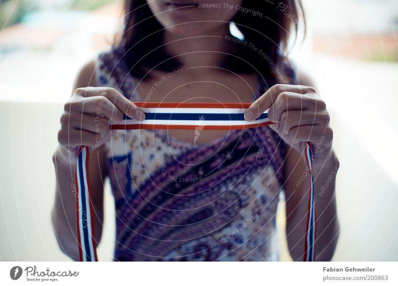 Flagge zeigen Freiheit Frau Erwachsene Hand 1 Mensch 18-30 Jahre Jugendliche Bangkok Thailand Asiate Asien Südostasien Zeichen Fahne frei blau rot weiß