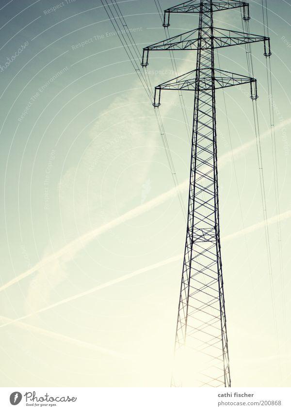 strom Kabel Technik & Technologie Industrie Elektrizität Strommast Metall Stahl verdrahtet Himmel Wolken Kondensstreifen Streifen blenden Textfreiraum links