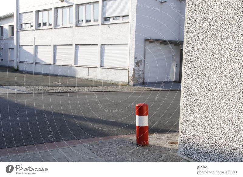 Urban Rotkäppchen Menschenleer Industrieanlage Gebäude Straße Poller stehen Einsamkeit rot weiß Strukturen & Formen Farbfoto Außenaufnahme Tag Abend Licht