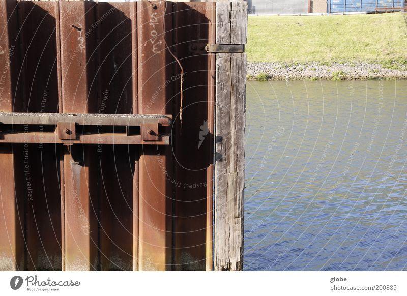 Stadt, Land, Fluss Wasser Flussufer Weser Hafen Binnenschifffahrt Deich Mole Metall Rost Platzangst Hälfte Farbfoto Außenaufnahme Menschenleer Tag