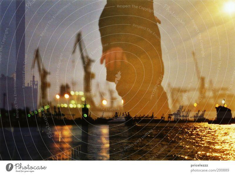 auf dem Wasser laufen Mensch Wasser ruhig Einsamkeit Bewegung Zufriedenheit glänzend maskulin Hamburg ästhetisch Hamburger Hafen Hafen Konzentration Surrealismus Doppelbelichtung Industrieanlage