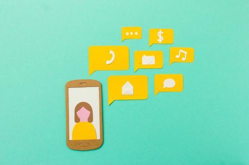 Handy Apps und Kommunikation Mensch Frau Erwachsene gelb Lifestyle sprechen feminin modern Kommunizieren Erfolg Telekommunikation Zukunft Geschwindigkeit kaufen