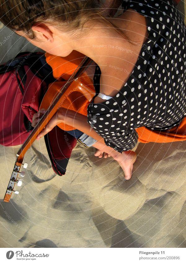 playing guitar Mensch Natur Jugendliche weiß rot Sommer Strand ruhig schwarz Farbe Erholung feminin Spielen Kopf Haare & Frisuren Sand