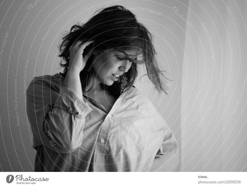 Anne Raum Vorhang Gardine feminin Frau Erwachsene 1 Mensch Hemd Stoff langhaarig beobachten Bewegung festhalten Blick ästhetisch schön wild Gefühle