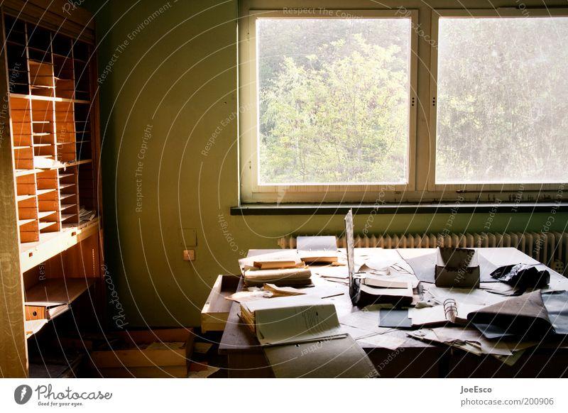 what a mess 01 dunkel Arbeit & Erwerbstätigkeit Büro Fenster Business Raum dreckig Wohnung Lifestyle Ordnung Aussicht kaputt Häusliches Leben Schreibtisch