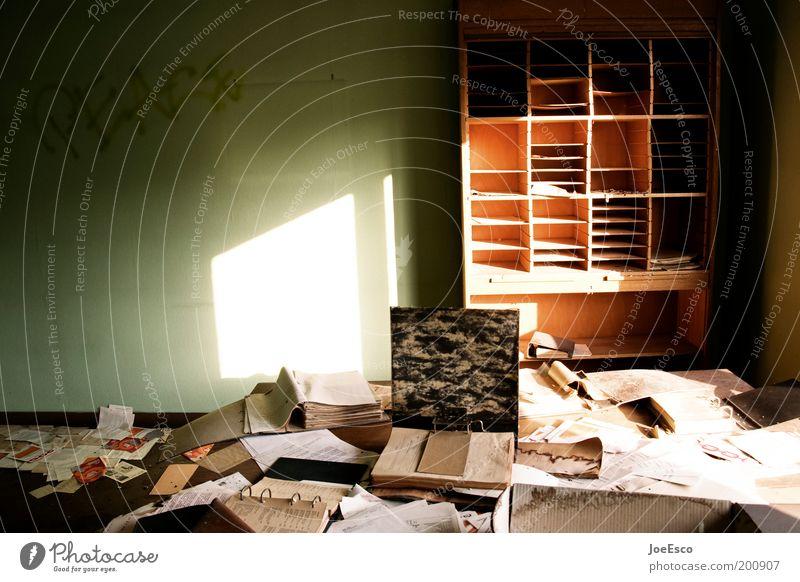 what a mess 02 Häusliches Leben Wohnung Raum Studium Arbeit & Erwerbstätigkeit Arbeitsplatz Büro Wirtschaft Business Arbeitslosigkeit Ruine dunkel eckig kaputt